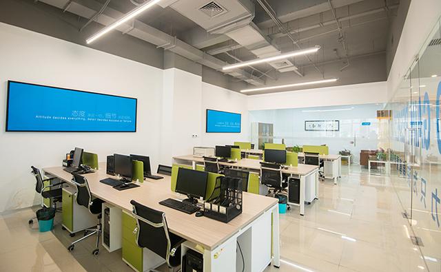 在对办公室进行装修设计的时候,每个办公空间都需要有收纳功能,收纳功能的大小因空间的大小而决定,收纳功能的目的就是要便于平时的检查。对于面积较小的办公室来说呢,要单独的去设计储物空间从基本的角度看上去并不划算,因此,在进行装修设计时可以将一些装饰做成收纳空间,既节约空间又有不错的装饰效果,做到了两全其美。