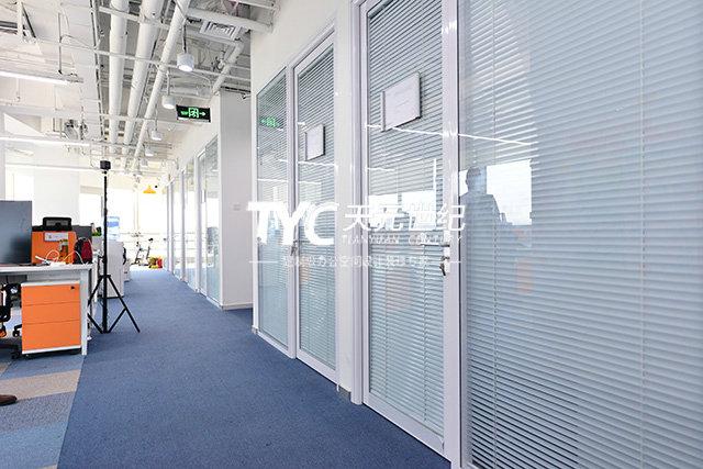 办公室装修设计巧用玻璃隔断-北京办公室装修
