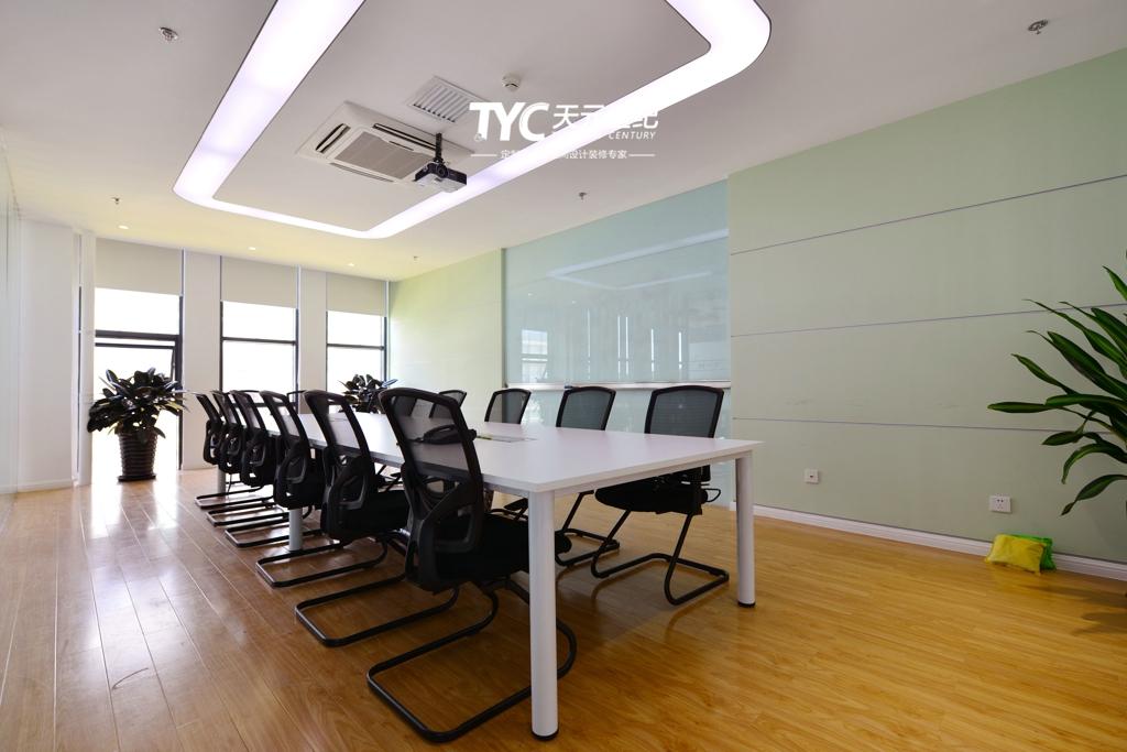 项目地址:北京亦庄经济开发区   设计内容:室内设计   建筑面积:3800平米   结构形式:框架   完成时间:2013年   北京千禧维讯科技有限公司(MVT)是一家专注于通信专业服务领域,提供多厂家、多产品、跨区域、多层次通讯专业服务的高新技术企业。通过与客户高层的反复沟通,本案则定位为家庭、学校、军队三种文化相结合的设计理念。二层安装、售后团队,就像军队一样 专业、专注、专心、严谨,为客户提供技术保障,本层设计采用军队的绿色为主色调;三层培训、战略部就像学校一样包容、立德、立人、成长,本层设